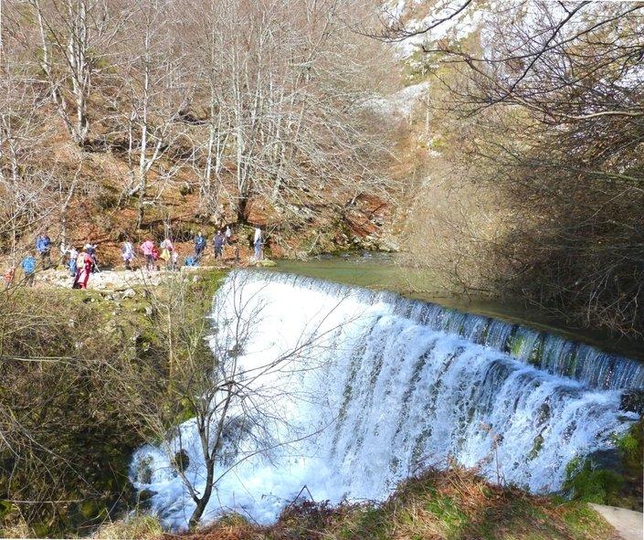 nacedero_del_rio_zirauntza_Araia_Alava_Euskadi_con_niños_Bekerreke